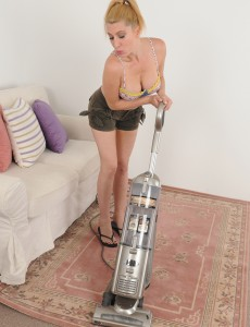 40 Year Old Jennifer Hottest Pauses Her Chores to Open Up Her Tiny  Cunt