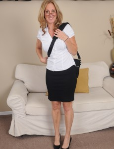 50 Year Old Jenna Covelli from  Onlyover30 Eases  Bare After Work