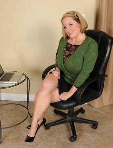 Nasty Office  Mom Widens Broad in Her Office Chair