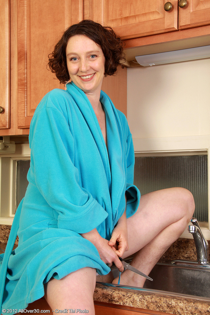 39 Year Old Dark Brown Artemesia Shaves Her Airy Snatch in the Kitchen