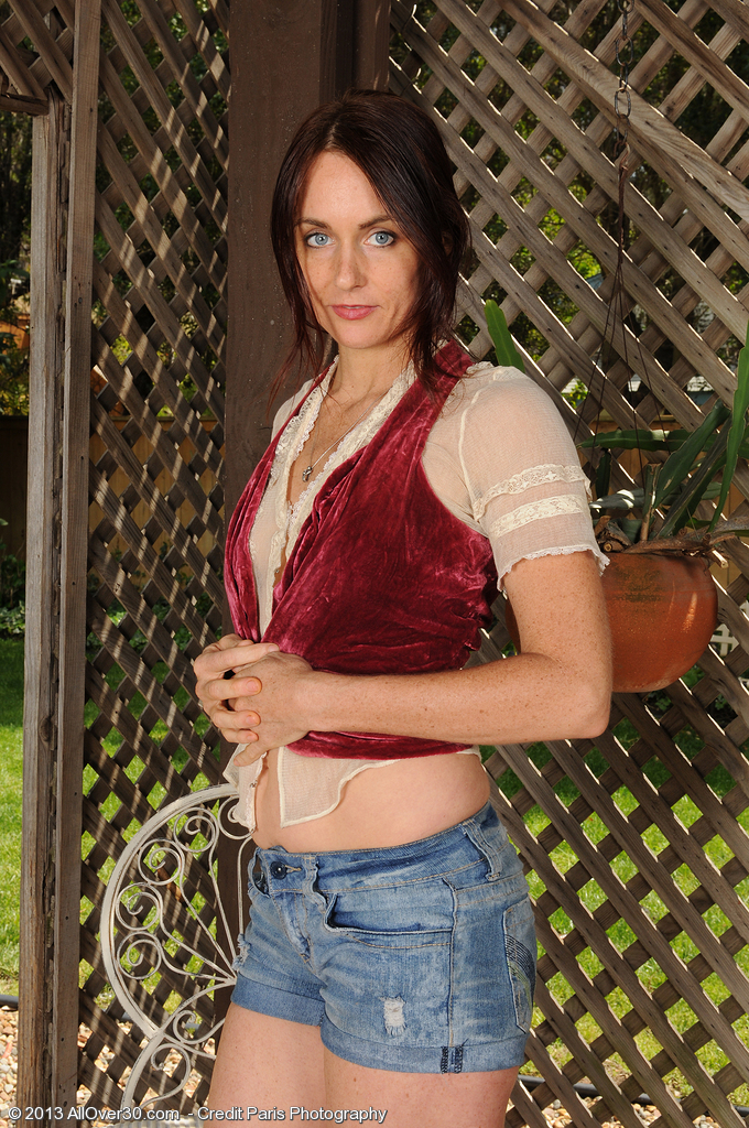 Sexy 28 Year Old Jennifer End Disrobes off Her Jeans Cut-offs Outdoors