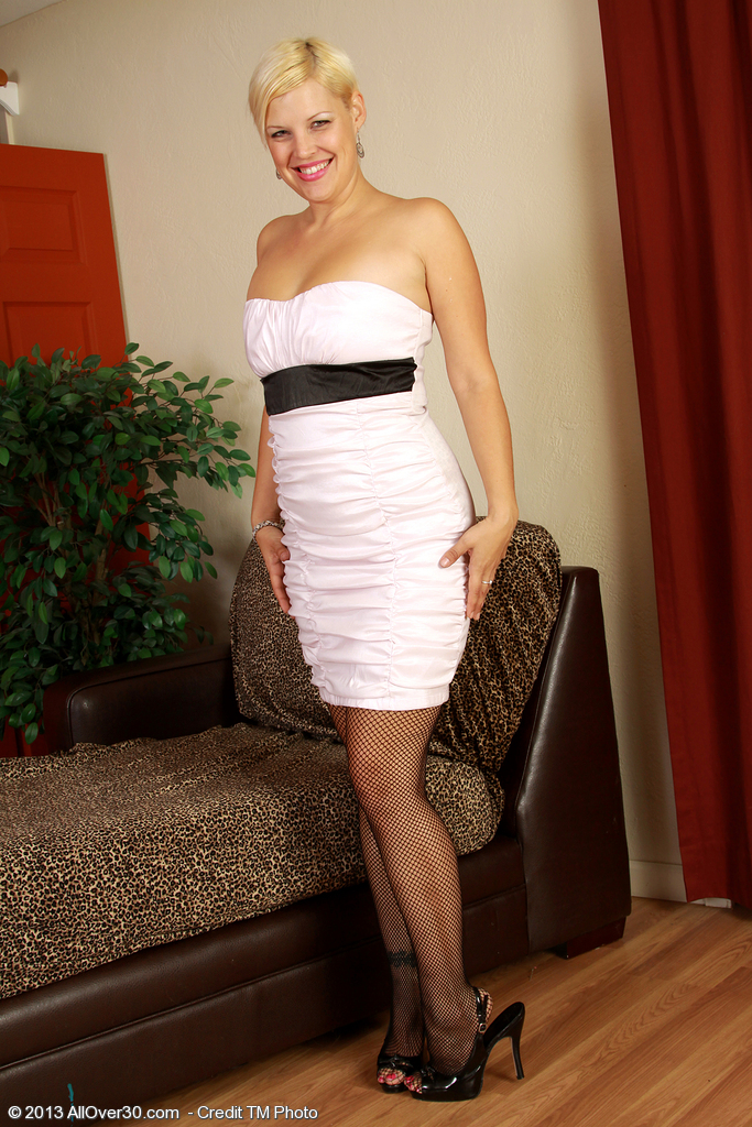 Elegant and  Blond 32 Year Old Kelly L Looking Remarkable As She Disrobes