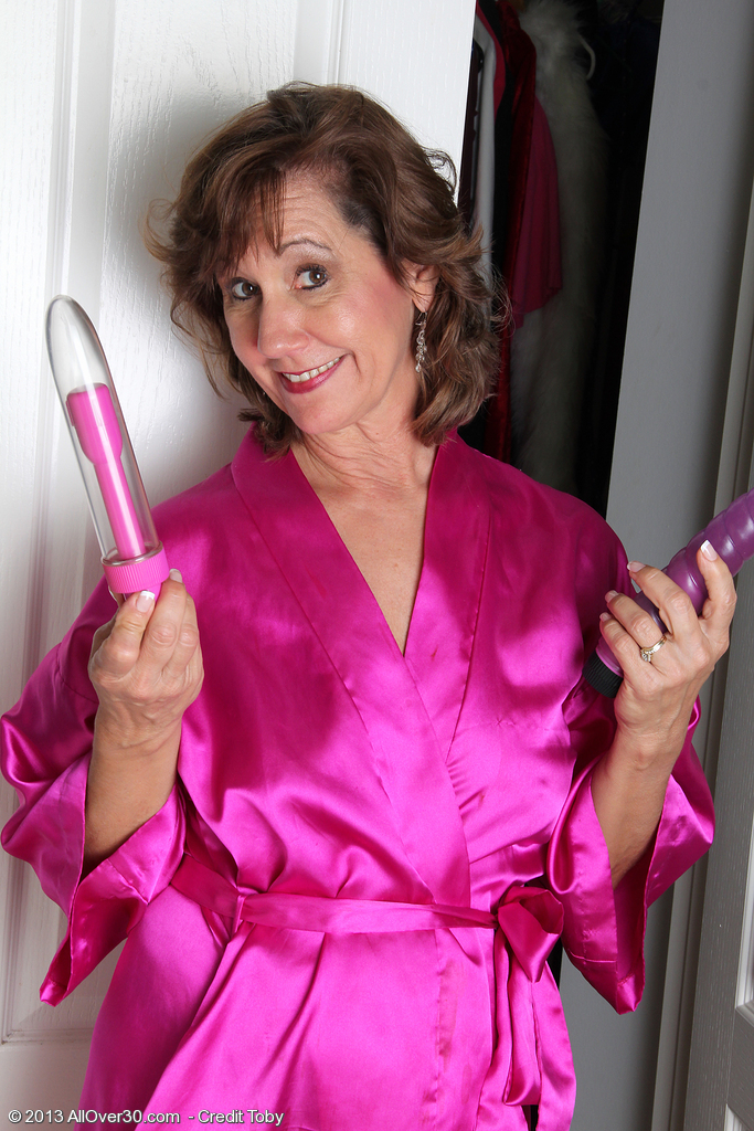 Hot 53 Year Old Lynn from  Onlyover30 Liking a Waterproof Vibrator