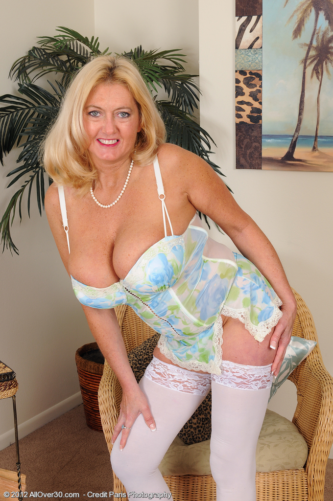 Big Breasted  Mom Tahnee Taylor from  Onlyover30 in White Tights Widens