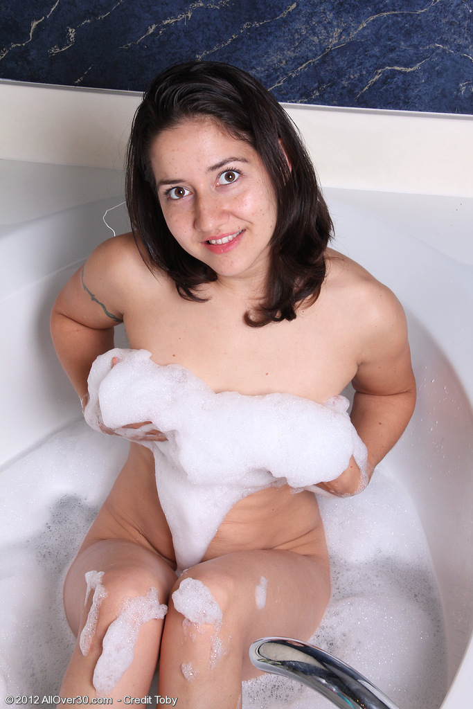 Hot 30 Year Old Brunette Hair Miranda Trims Her Hair Pits in the Tub