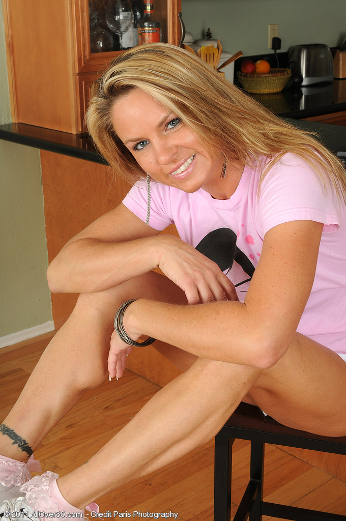 Muscular Milf Amanda B Shows off Her Hot Soles and  Opens Her Ass
