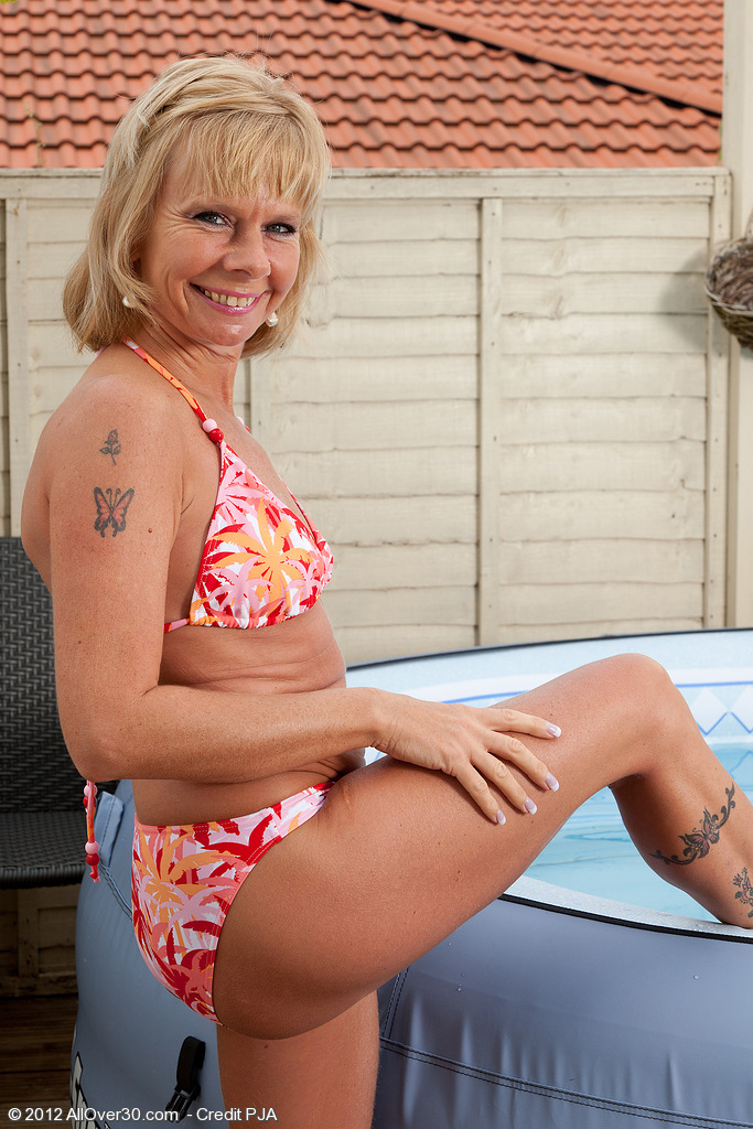 42 Year Old Golden-haired Cathy Oakley Comes to a Conclusion to Get Undressed in the Hot Tub