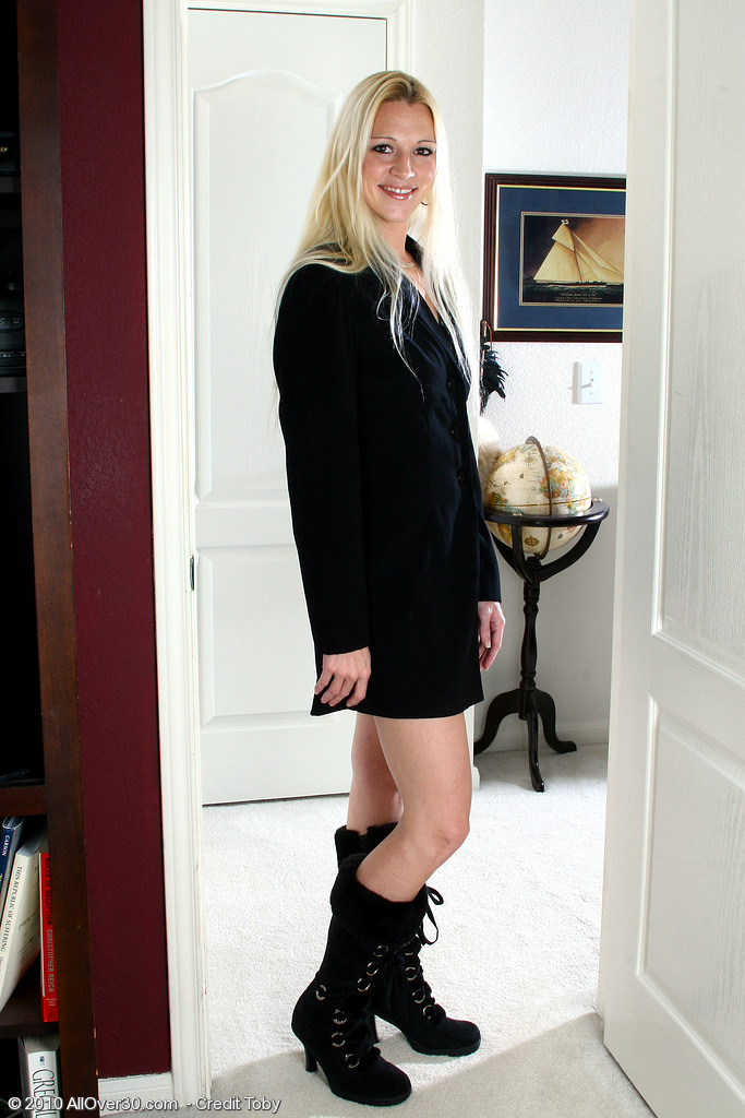 Long Haired  Blond Kyra  Opens Her Long Gams to Reveal Her Clean-shaved Twat