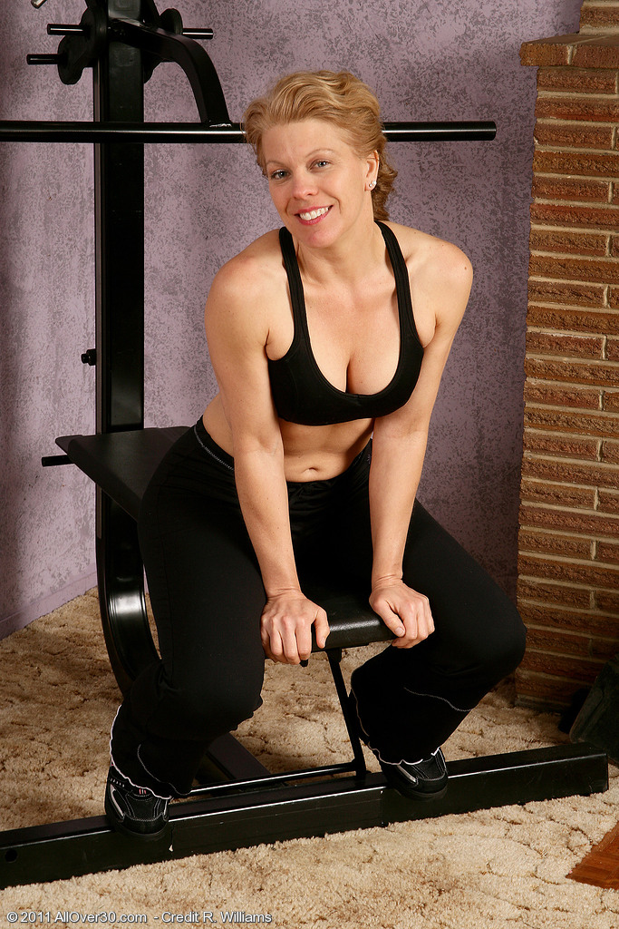 Defined Lauren E from  Onlyover30 Works the Weights and Her Pussy