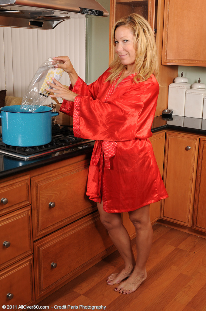 Super Horny Aged  Wifey Rachels Stretches Her Gams Wide on the Counter