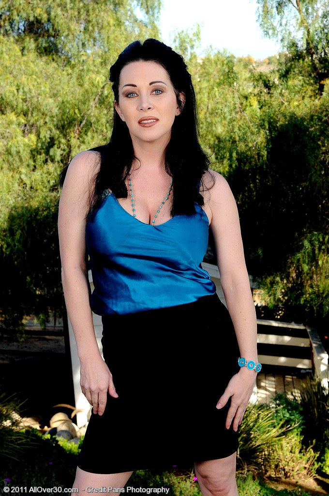 Wonderful Rayveness Stretches Her 38 Year Old  Twat Wide in the Yard