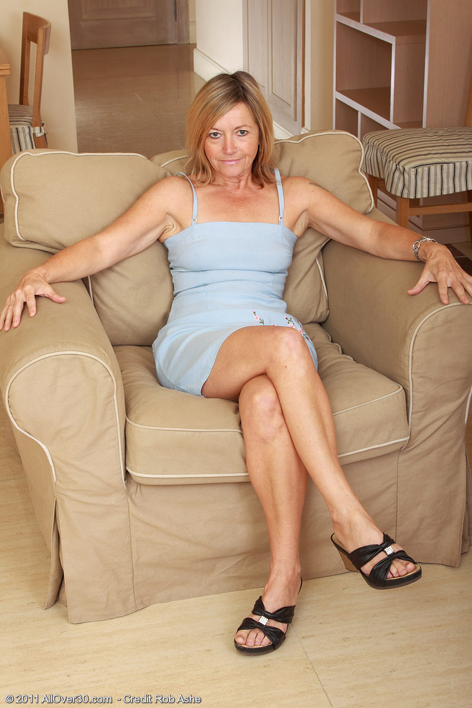 Blond 48 Year Old Mummy Susie Widens Her Ass Wide for You Chaps