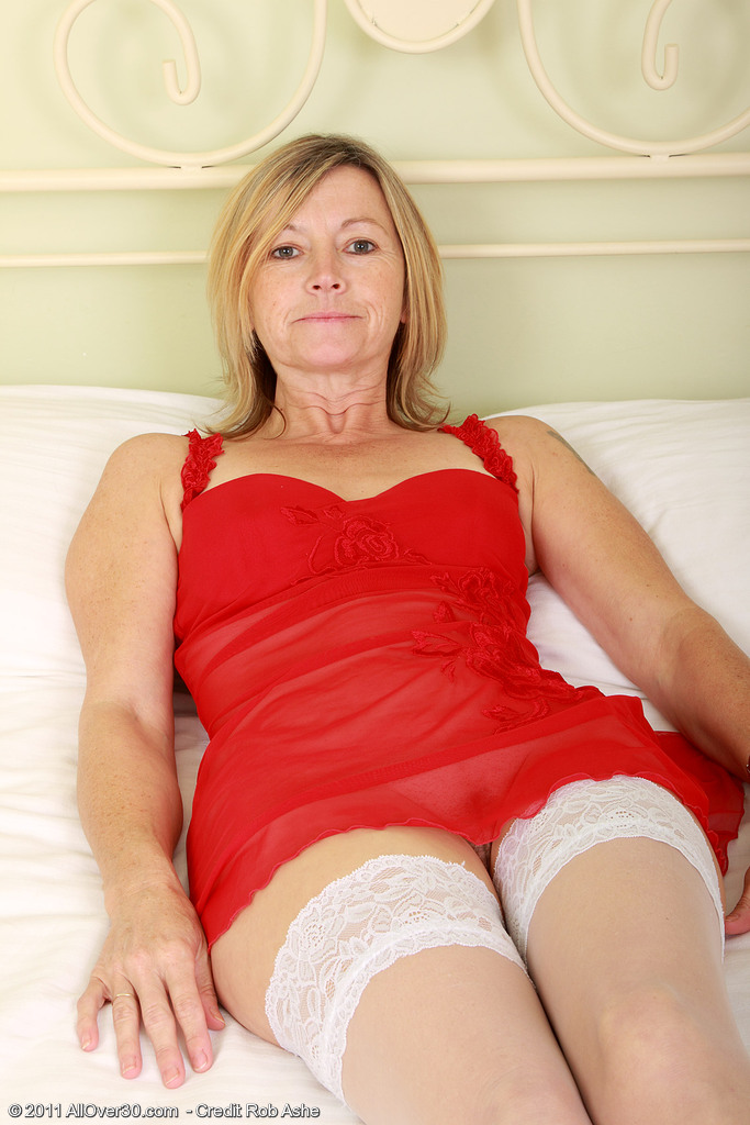 Sexy 48 Year Old Susie Plunges a Enormous Plastic Dildo into Her Older Hole