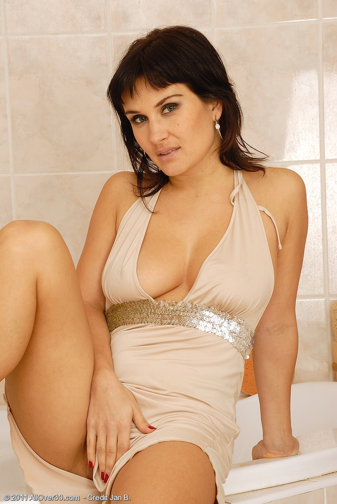 32 Year Old Valentina Acquires Herself So Hot She Needs to Shower for You