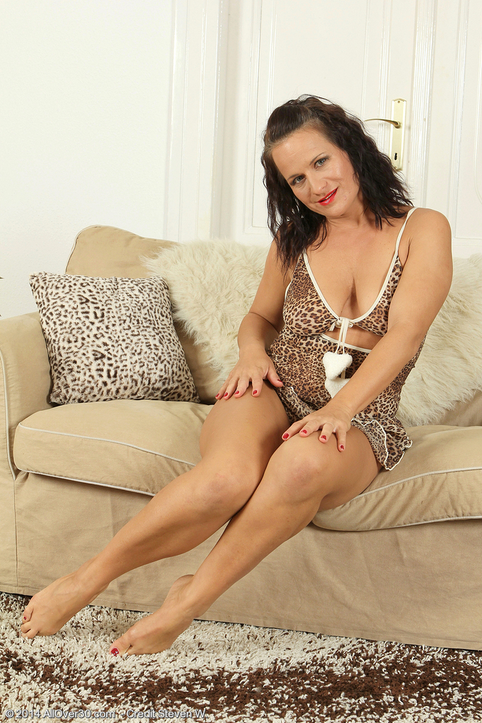 37 Year Old Thalia from  Onlyover30 Opens Up Her Aged Beaver for You