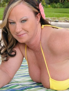 Breasty 42 Year Old Mary Jane Gets Fully Nude out Inwards the Backyard