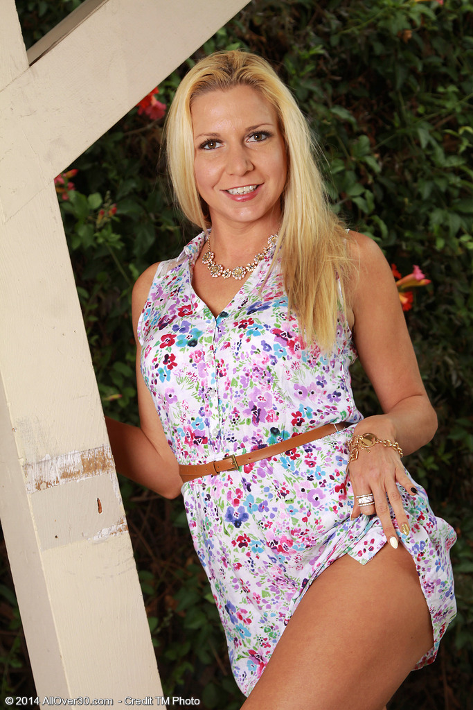 Hot  Blond 31 Year Old Jessica Taylor Gets  Nude Inwards the Backyard