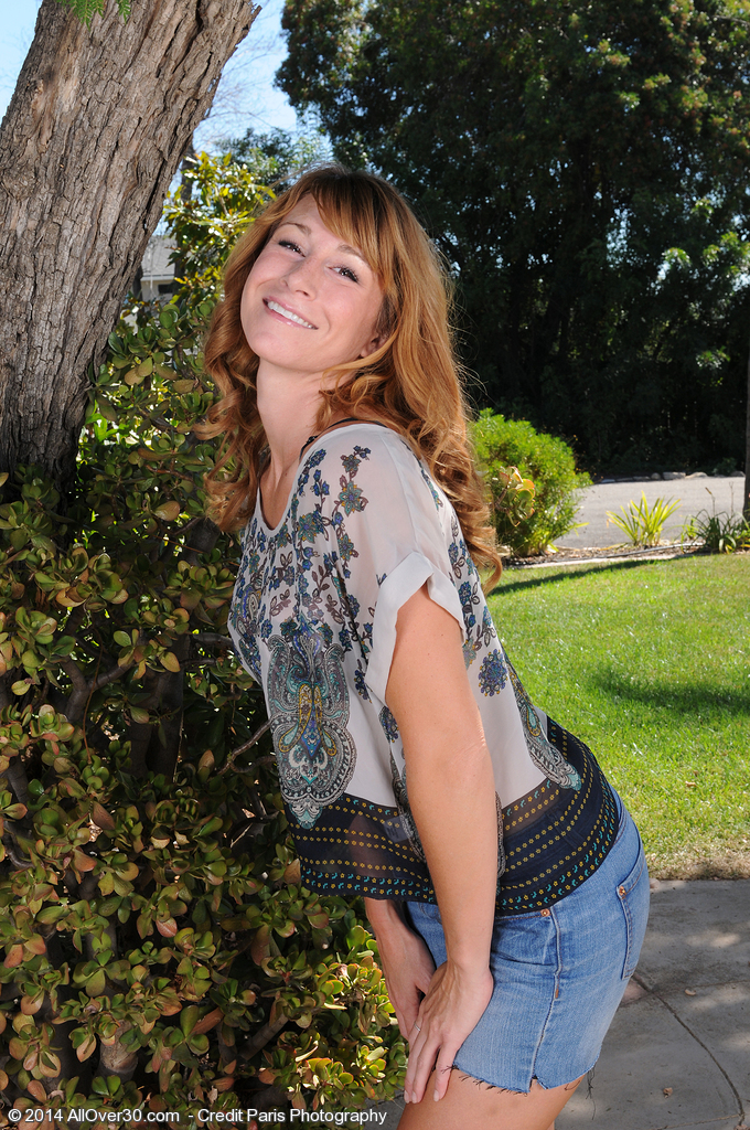 Super Horny 30 Year Old Sophia K from  Onlyover30 Stretches Wide Outdoors