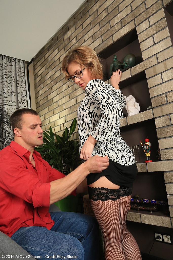 Glamorous Lisa Wears Nylons As She Acquires Fucked