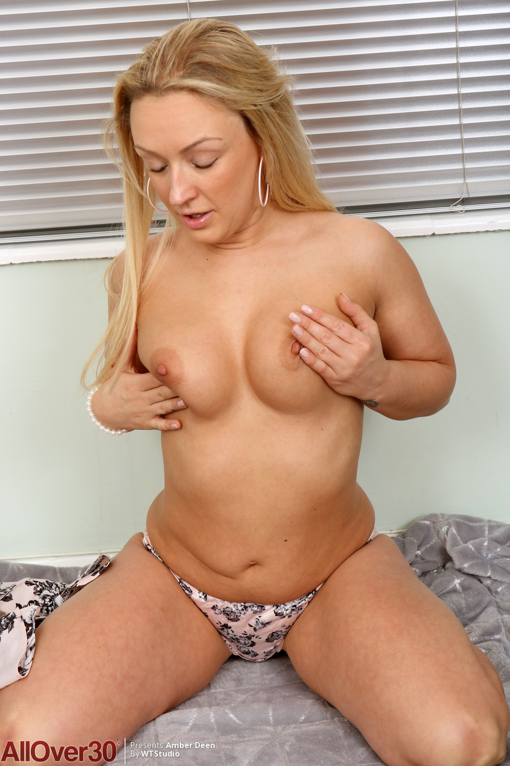 amber-deen-lovely-blonde-showoff-08