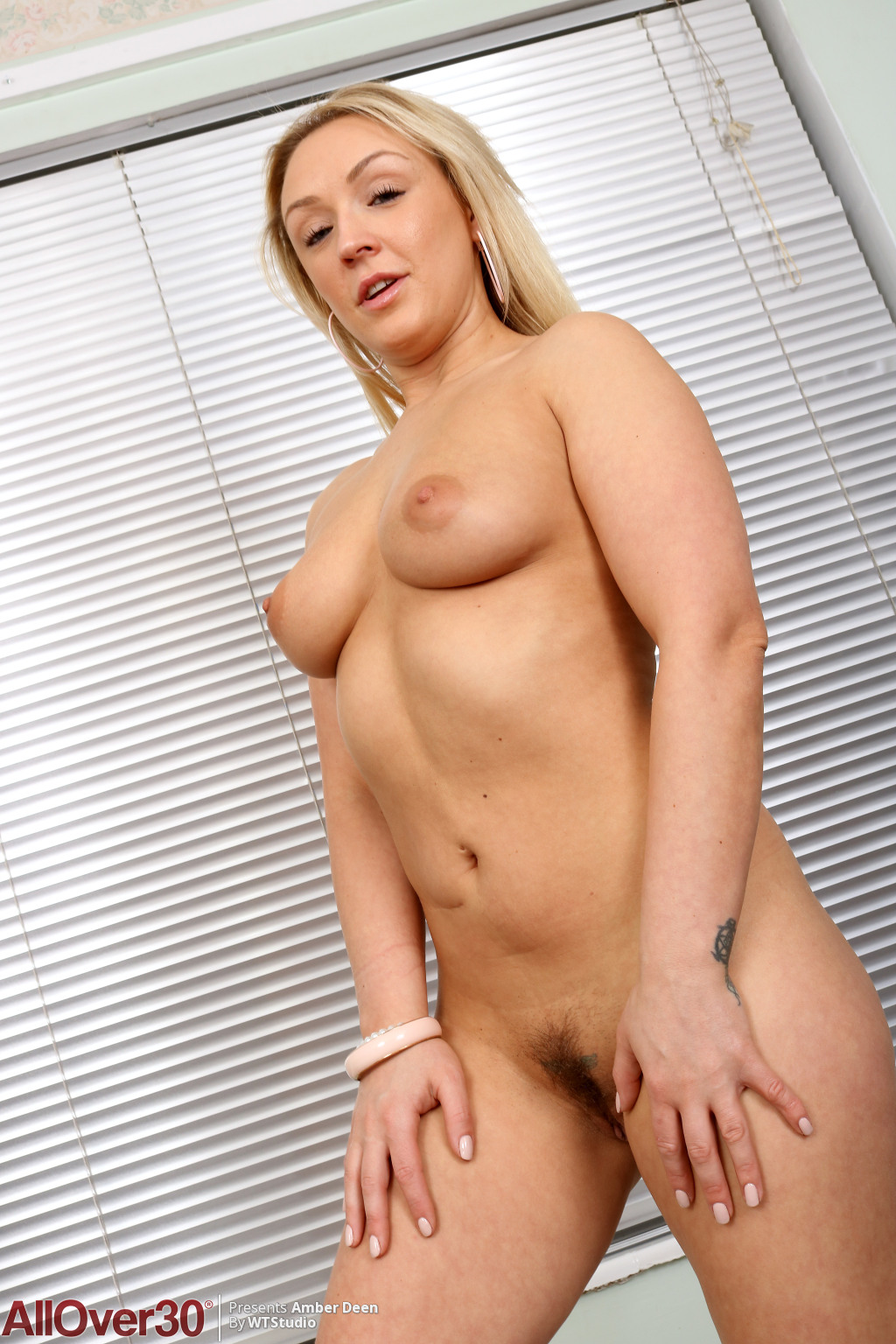 amber-deen-lovely-blonde-showoff-13