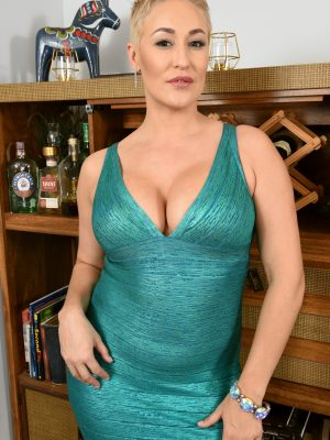 Stunning short-haired MILF Ryan Keely