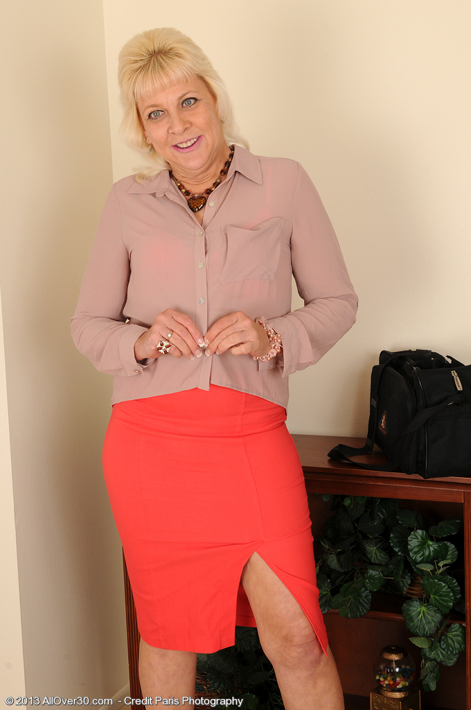 Returning Home from Work 52 Year Old Sindy Silver Relieves in the Buff