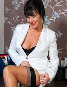 40 Year Old Elise Summers from  Onlyover30 Prodding Her Elegant Twat