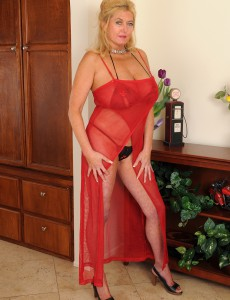 Hot  Wife Tahnee Taylor Lets Her Aged Breasts Free to See