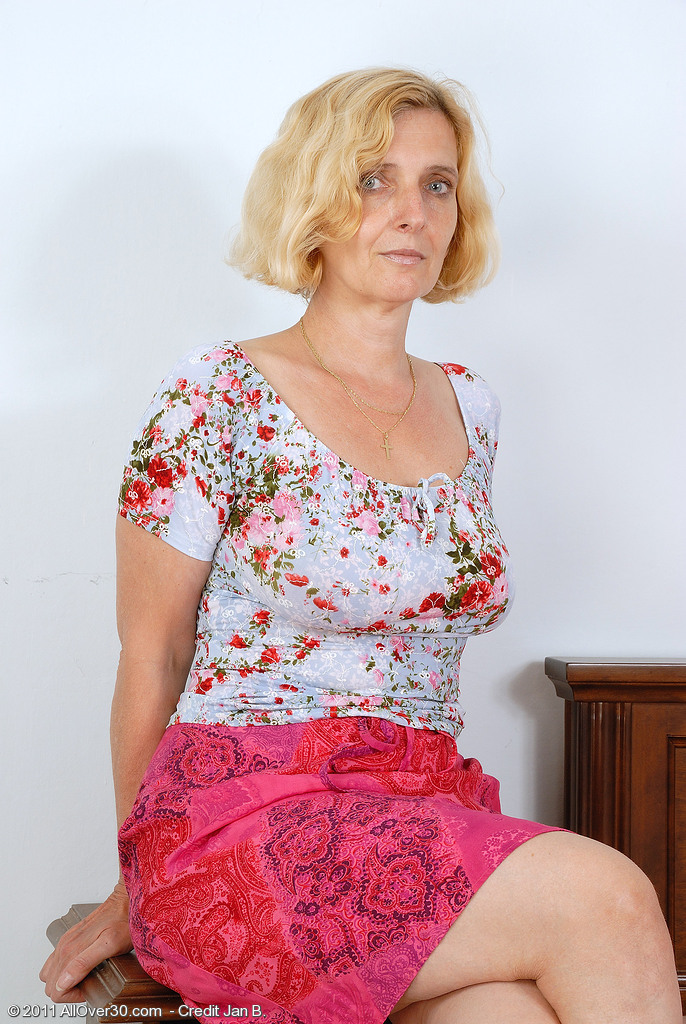 51 Year Old Milf Hillary Shows off Her All-natural Pointer Sisters and Wooly Vagina