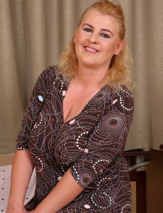 Elegant and 40 Year Old Kira T Disrobes Ans Preads Her Powerful Gams Here