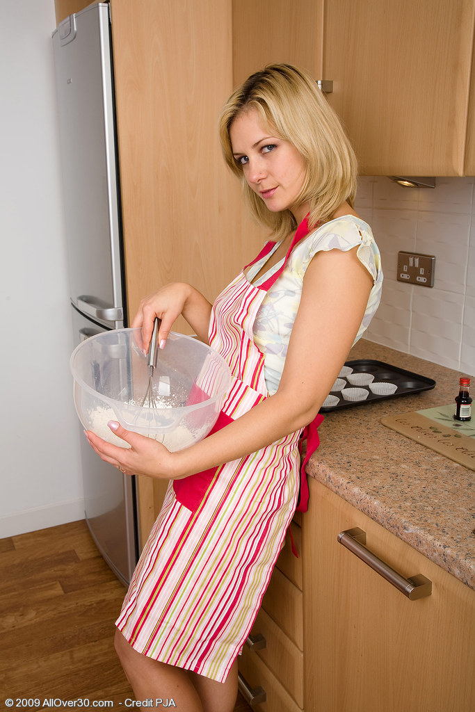 Tight Pussied Mummy Laurita Cooks Up More Than Slits in Here