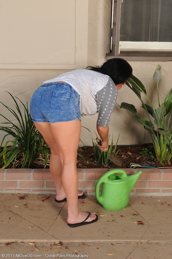 Hot 45 Year Old Pepper Ann Gets Stripped and Poses in the Backyard