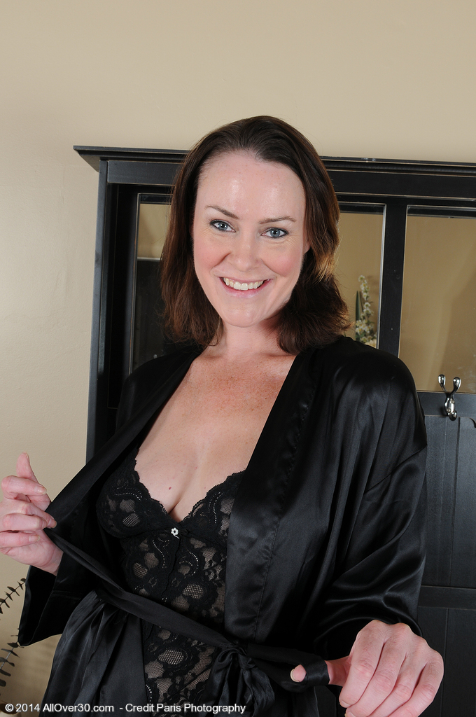 Popular Brunette Hair Mummy Veronica Snow Pulls Aside Underware to Show All