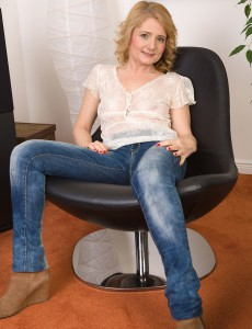 45 Year Old Isabelle B from  Onlyover30 Stretches Her  Older Pussy Here