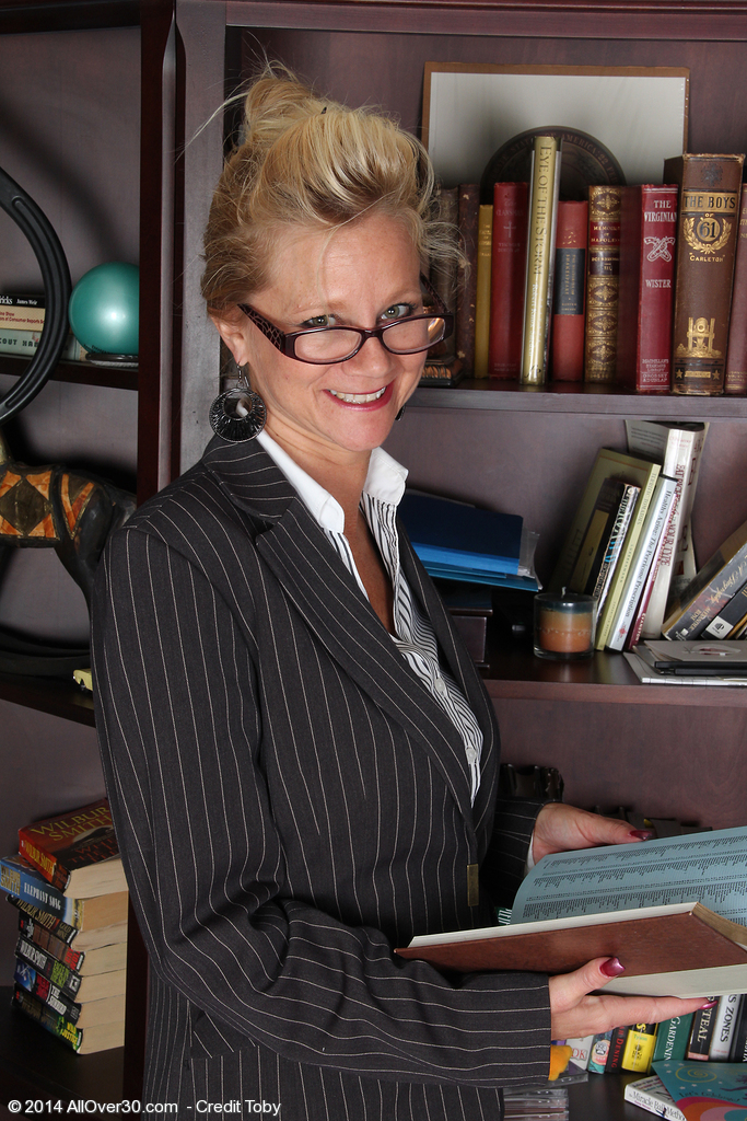 Watch Golden-haired 44 Year Old Heidi Gallo Widen Her Gams Inwards the Library