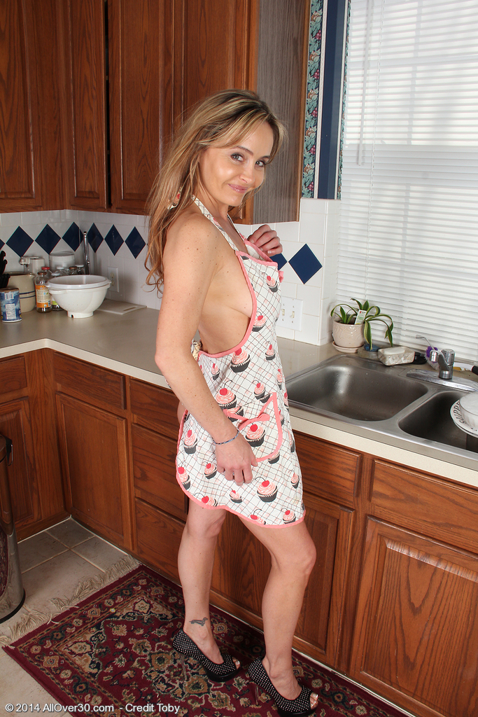 Reward Winner Kelli Mccarty Demonstrating off Her Hairy Pussy in the Kitchen
