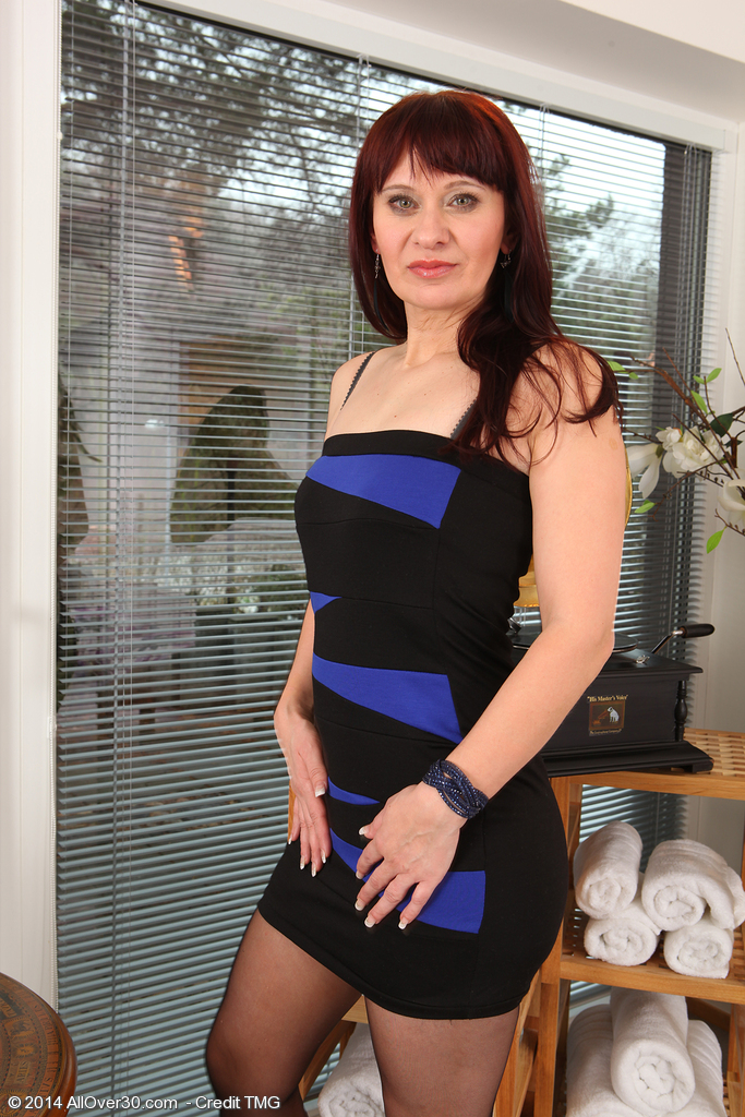 41 Yr Old Vera Enjoyment  Opens Her  Older Stocking Covered Gams