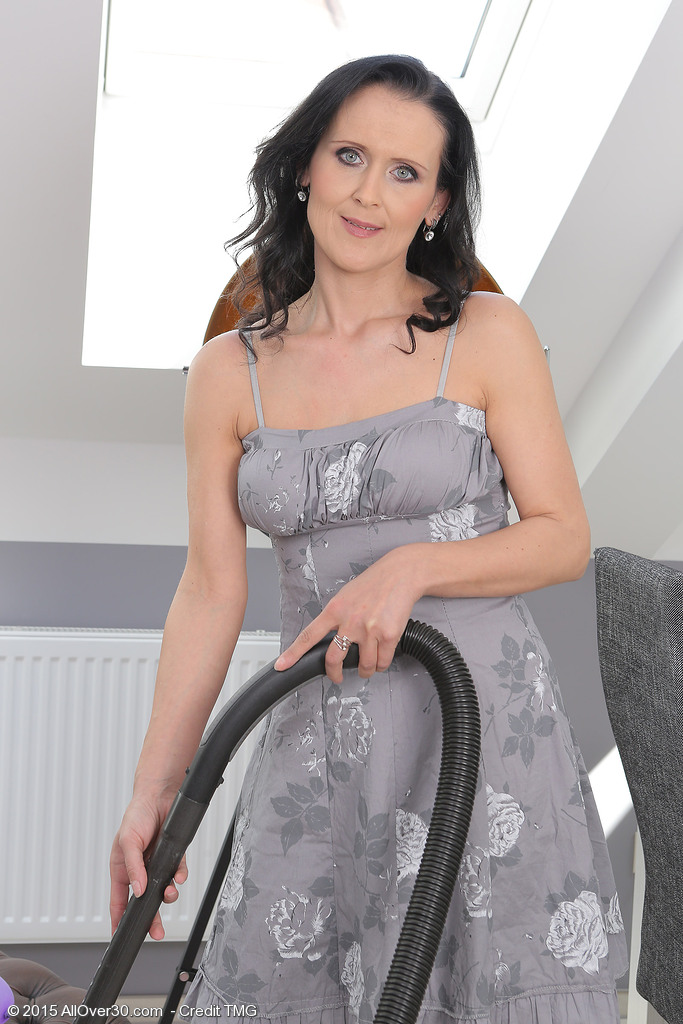 After Domestic Services 35 Year Old Pamela Price Likes to Finger Her Cunt