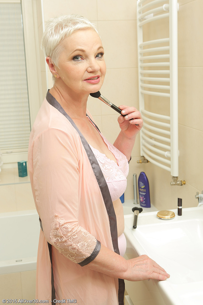 Big-titted Granny Lets Us Have a Glance While She is in the Bath Being Wicked