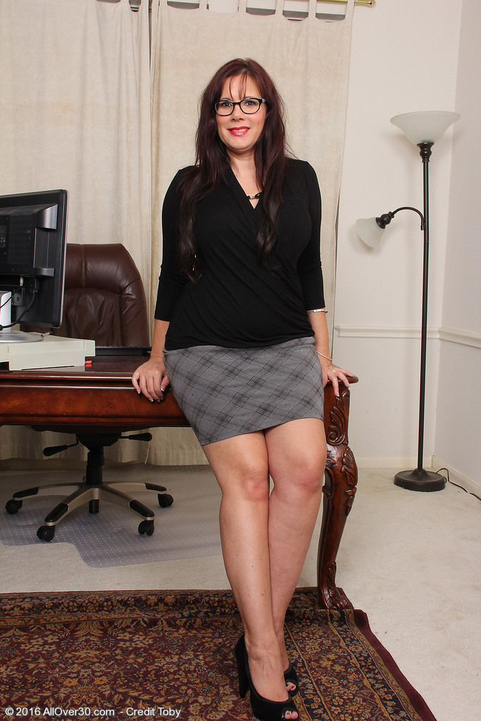 Lascivious Curvaceous Secretary Sasha Karr Jumps on the Desk and Widens Wide Open