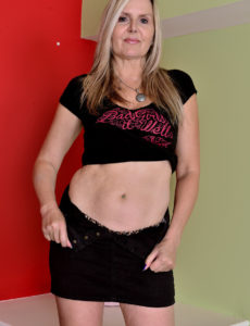 Hot Blond Velvet Skye Shows Her Fit Body