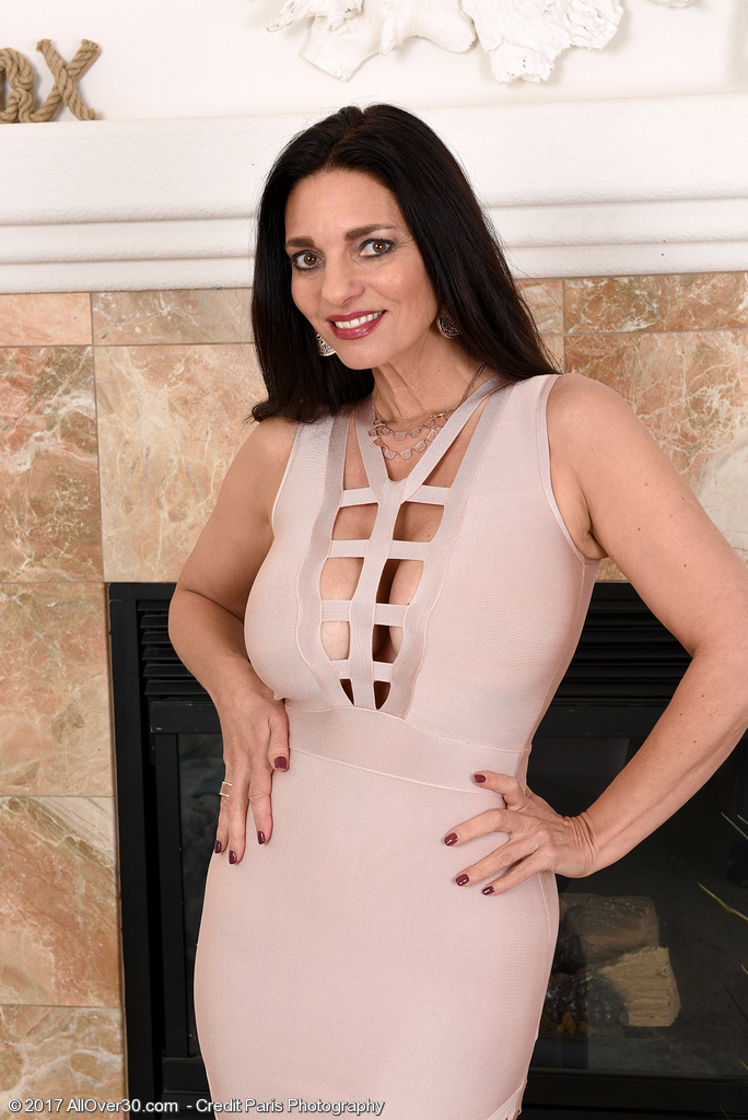 Elegant Dark-haired Mummy Mindi Mink